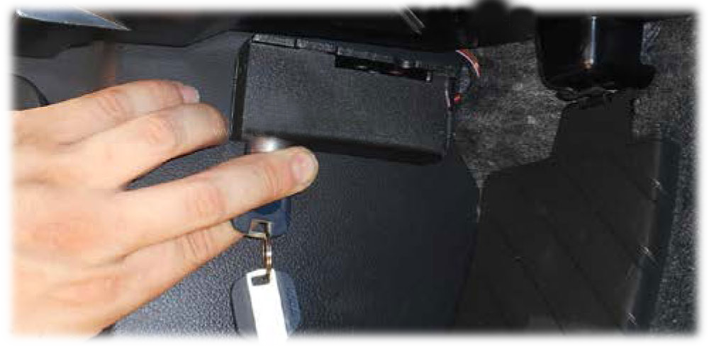 Защитный кожух диагностического разъема на автомобиле